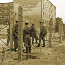 Soldati comunisti pazind granita dintre Berlinul de Est si cel de Vest